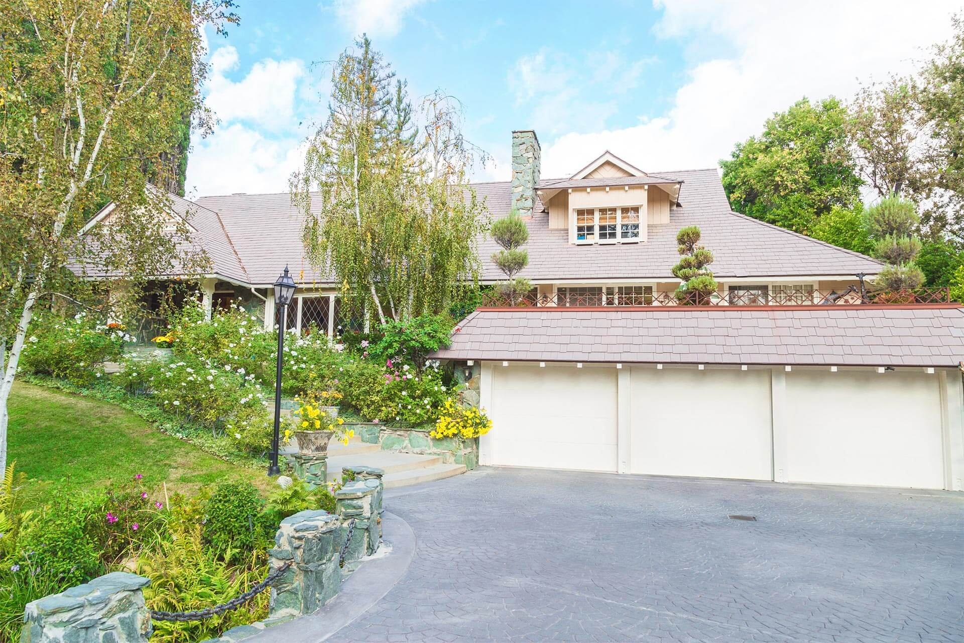 Real Estate Photography, front yard and street view in Beverly Hills California by photographer Travis Chenoweth